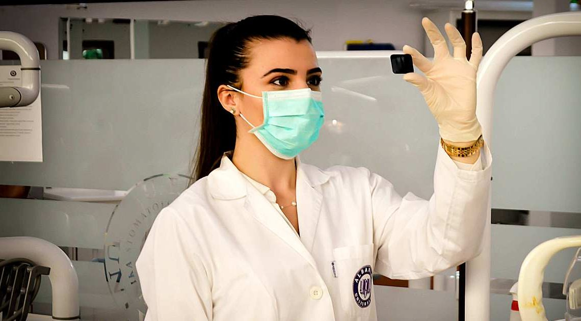 doctor woman Wearing a mask