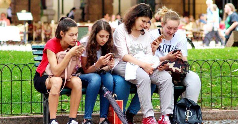 notifications - kids on smartphones