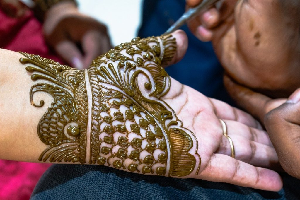 amazing gold mehandi design for palm and wrist