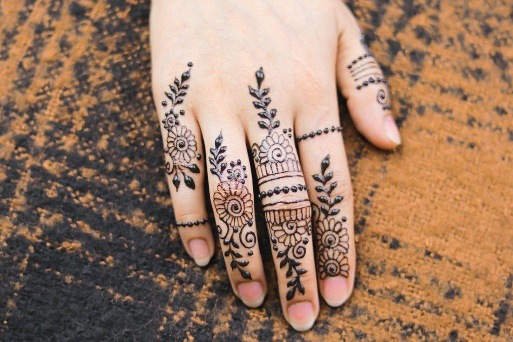 bold and very dark mehndi fingers design