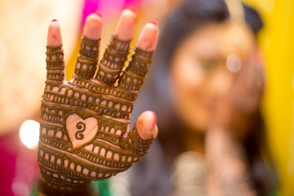 amazing glove-like mehndi design for whole palm
