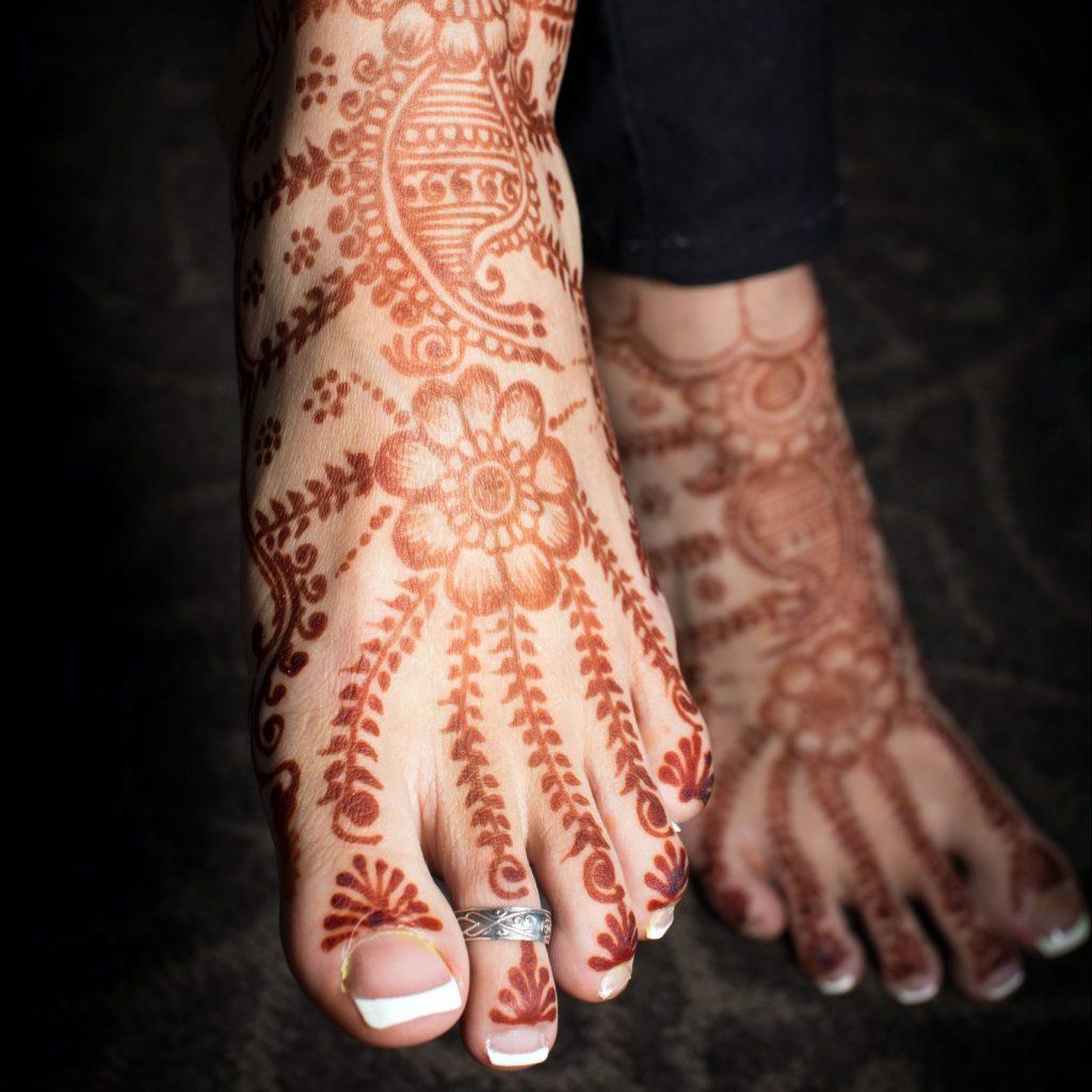 bold and gold mehndi foot design