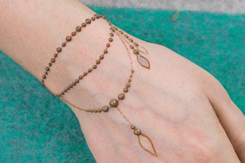 cute minimal mehndi bracelet tattoo design for bride