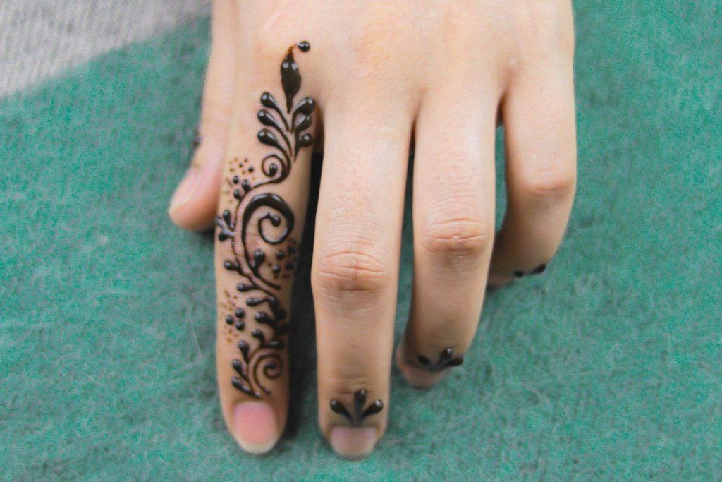 minimal mehendi designs for the index finger