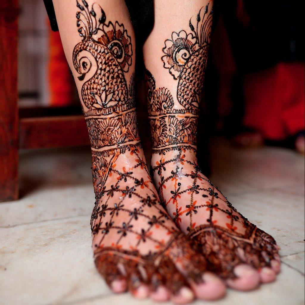 amazing dark mehndi design for foot or feet