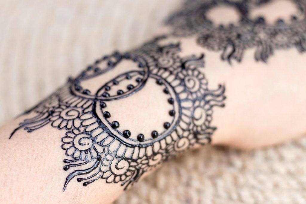 cute simple mehndi design of interlocking circles on wrist