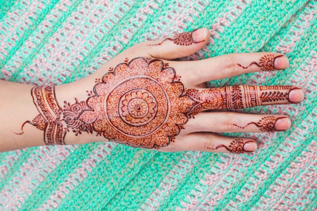 mehndi designs - beautiful circles on hand and wrist and fingers
