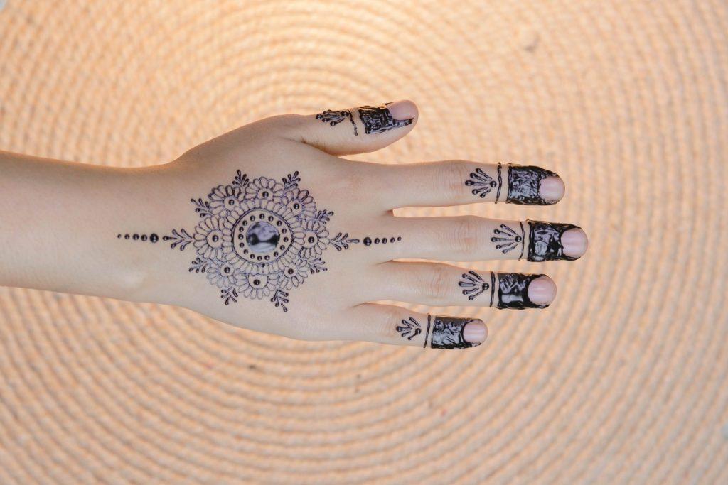lovely mehndi fingernail design