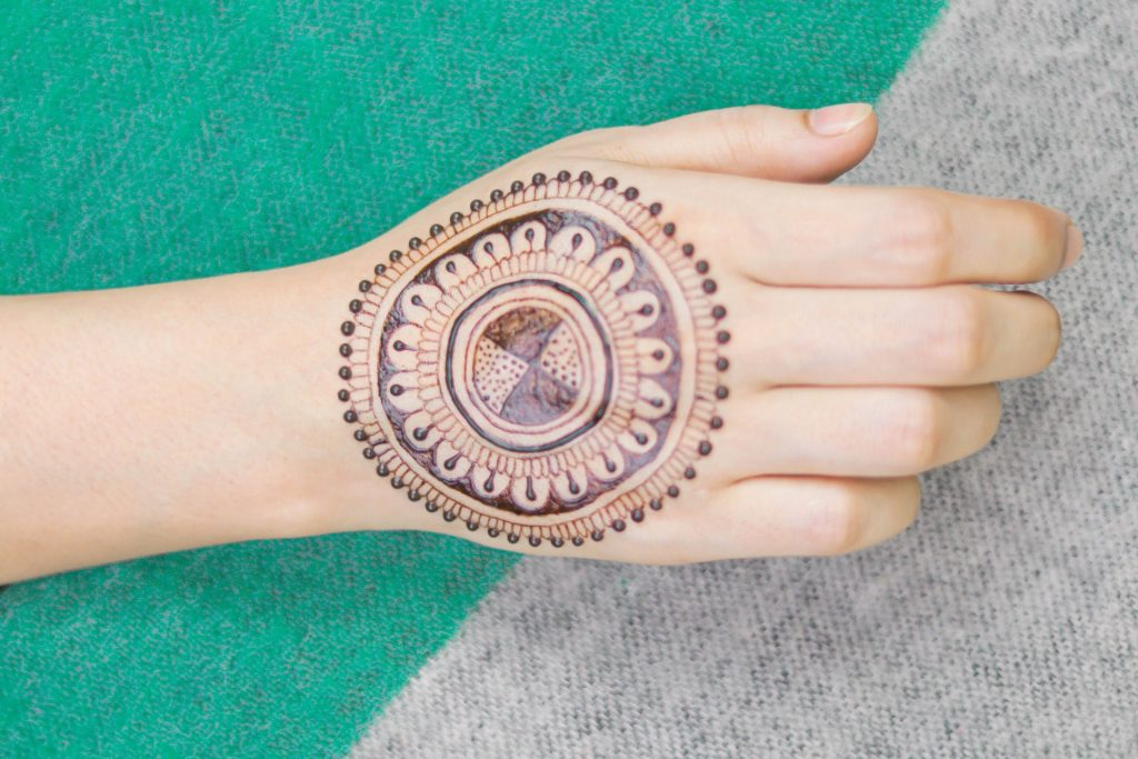 beautiful mehndi designs - back hand circles