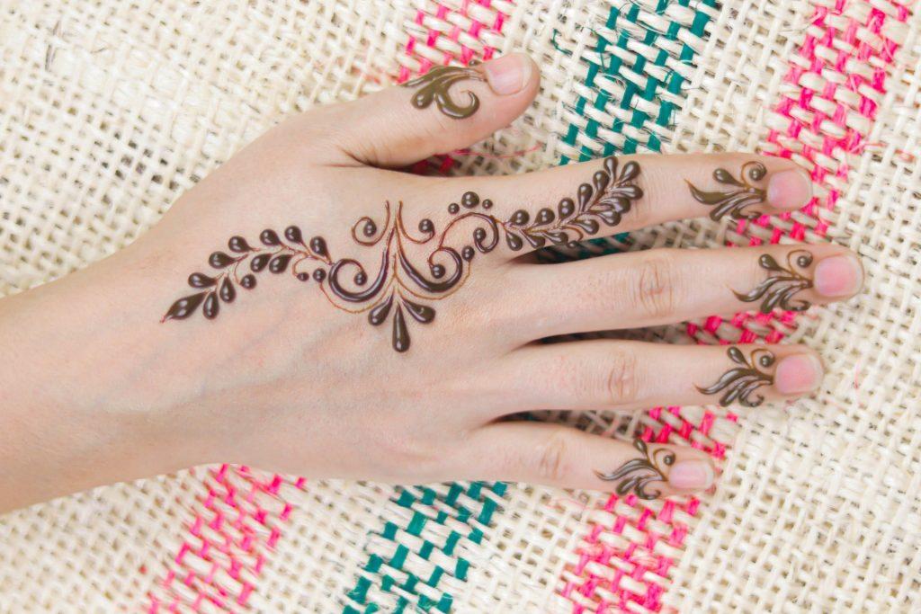 minimal mehndi back hand and finger pattern